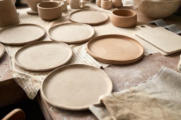 Studio di ceramica il processo di creazione della ceramica. il maestro ceramista lavora nel suo studio. posto di lavoro di vasaio