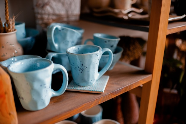 Vasi e tazze in ceramica.