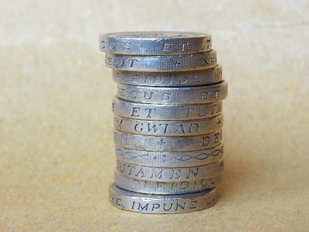 Mucchio di monete da una sterlina
