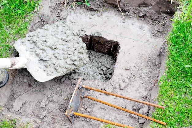 Versare in una soluzione di cemento con liquami di macerie malta cementizia pit hol building house foundation
