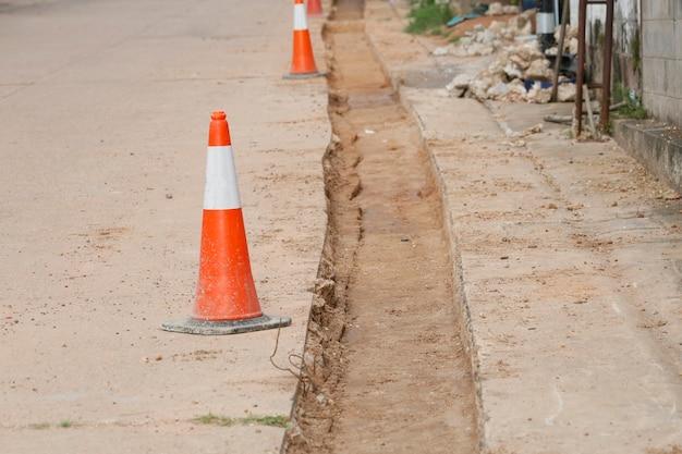 Versare cemento sulla tubazione in una strada di un villaggio rurale.