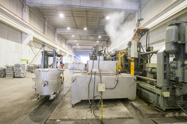 Versare il metallo di alluminio dalla siviera alla macchina di carico in un grande contenitore