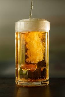 Versare la birra in un bicchiere