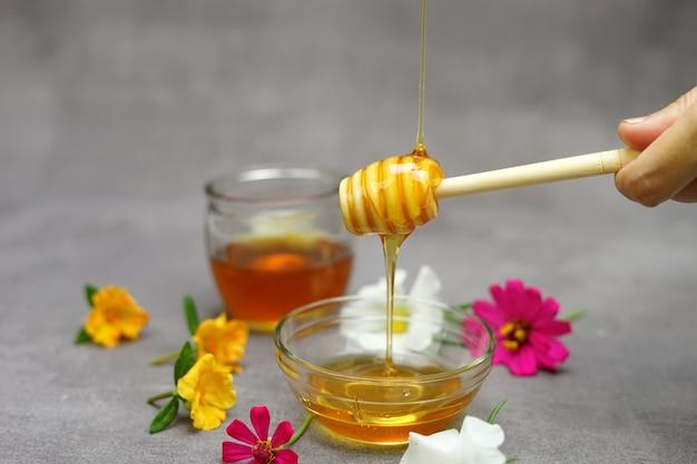 Versando le api da miele