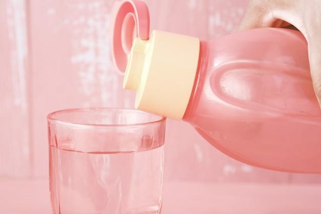 Versare l'acqua in un bicchiere sul tavolo