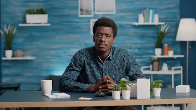 Pov di imprenditore afroamericano in videochiamata online