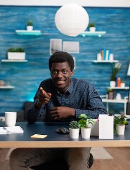 Pov uomo di colore in videoconferenza online