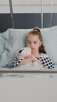 Pov pediatra medico donna che spiega il trattamento di recupero della salute alla famiglia remota