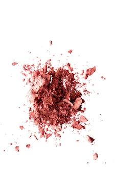 Cosmetici in polvere ombretto minerale organico fard o prodotto cosmetico schiacciato isolato su sfondo bianco...
