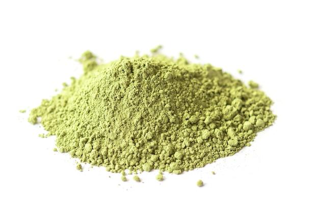 Polvere di tè verde matcha secco isolato su bianco, vista laterale
