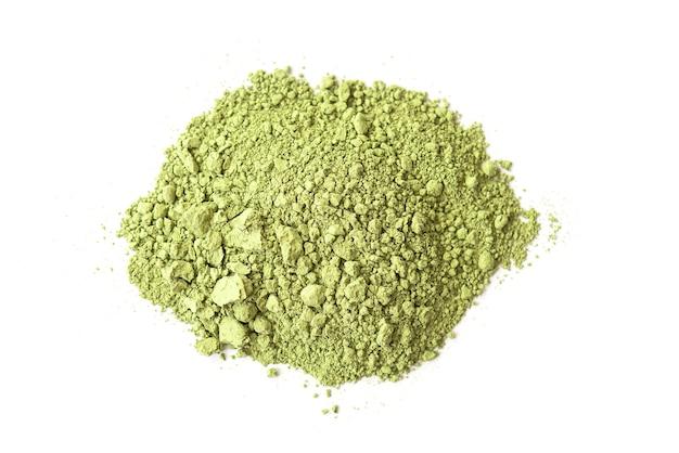 Polvere di tè verde matcha secco isolato su bianco, vista dall'alto