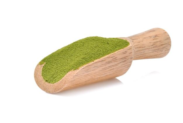 Tè verde in polvere isolato su sfondo bianco.(immagine di messa a fuoco impilata)