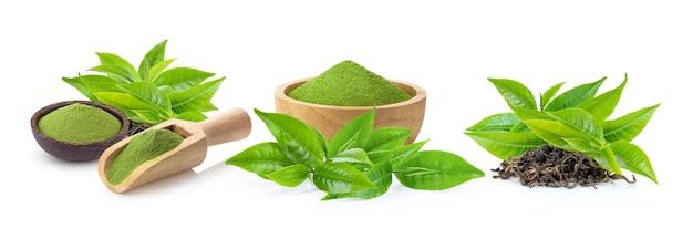 Tè verde matcha in polvere e con foglia isolato su superficie bianca
