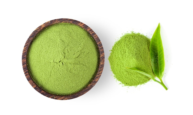 Tè verde matcha in polvere nella ciotola isolata sulla superficie bianca. vista dall'alto