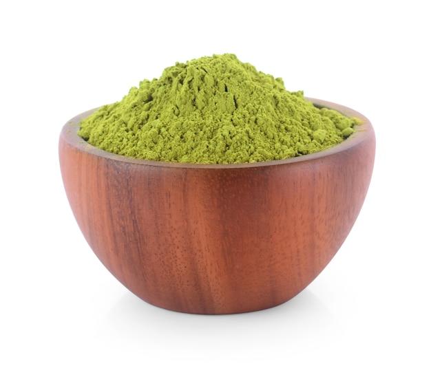 Tè verde matcha in polvere in una ciotola, isolato su bianco