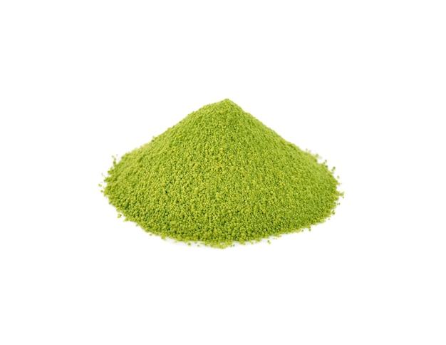 Tè verde matcha in polvere, isolato su bianco