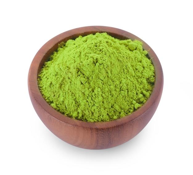 Tè verde matcha in polvere isolato su bianco