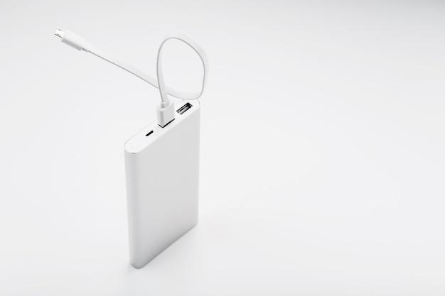 Power bank per ricaricare il tuo smartphone su una superficie bianca