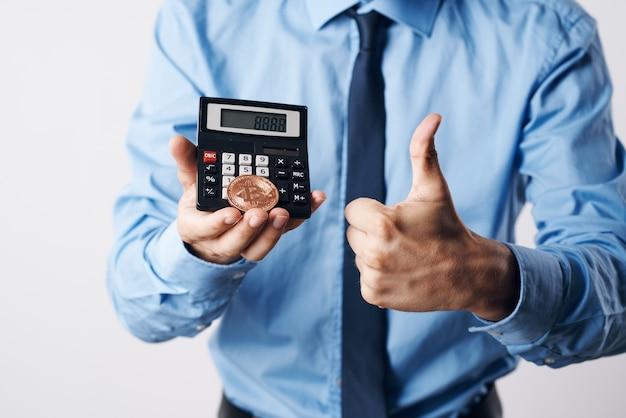 Calcolatore di potenza criptovaluta bitcoin aumento del prezzo dell'investimento economico. foto di alta qualità
