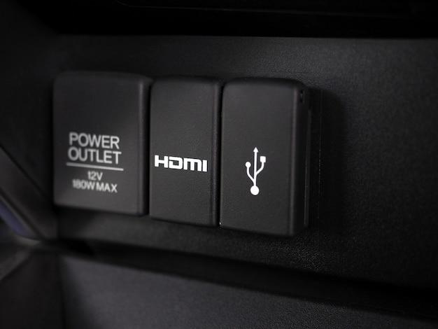 Alimentazione e presa hdmi e usb all'interno dell'auto lucida e pulita