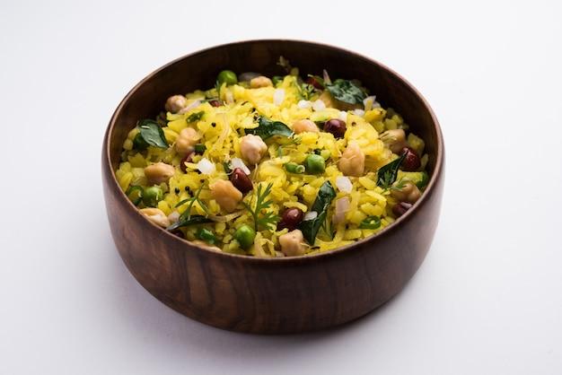 Power kabuli chana poha o choley pohe ricco di proteine, popolare maharashtrian, ricetta indiana per la colazione, messa a fuoco selettiva