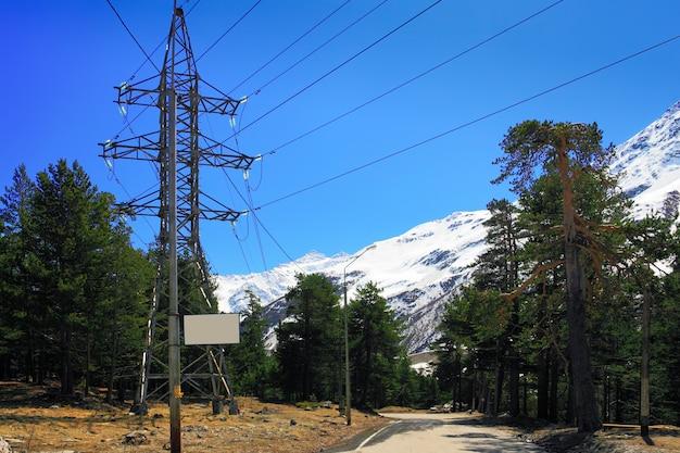 Linea elettrica in alta montagna. elbrus