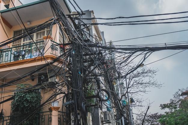 Linee elettriche cavi elettrici nelle strade della città di hanoi, vietnam
