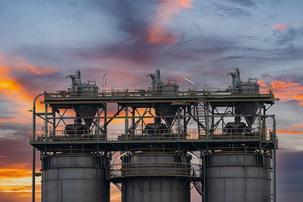 Centrale elettrica a gas o petrolio per l'industria al crepuscolo, centrale elettrica con luce solare