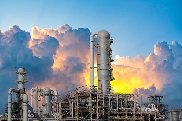 Centrale elettrica a gas o petrolio per l'industria al crepuscolo