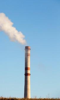 Centrale elettrica con tubo da fumo durante il funzionamento.