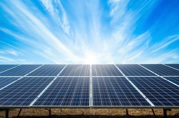 Alimenti il pannello solare su cielo blu, concetto alternativo dell'energia pulita verde