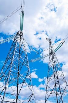 Supporti di trasmissione di potenza contro il cielo