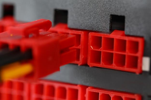 Cavi di alimentazione e parti in plastica per un primo piano del computer che combina i cavi elettrici in an