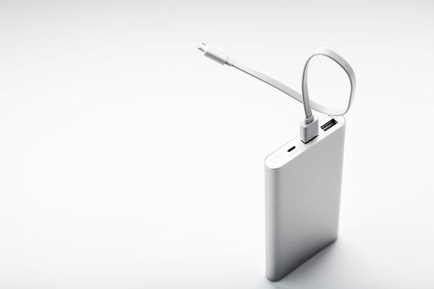 Powerbank per la ricarica di dispositivi mobili con cavo, su una superficie bianca