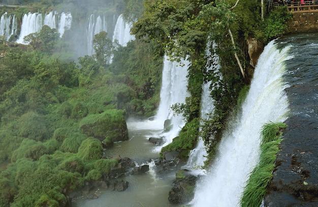 Potenti cascate di iguazu sul lato argentino patrimonio mondiale dell'unesco a puerto iguazu argentina