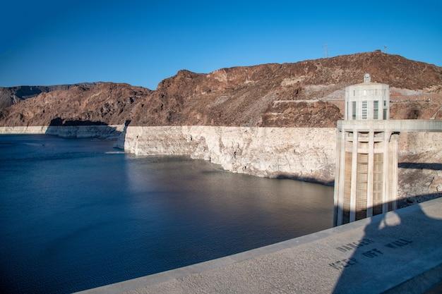 Potente impianto della diga di hoover nella stagione estiva, usa.