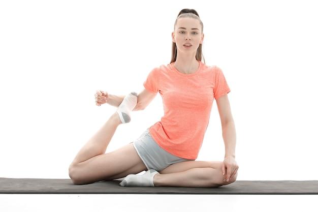 Pratica dello yoga. giovane donna in abbigliamento sportivo formazione yoga position