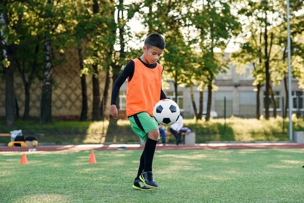 Praticare esercizi sportivi allo stadio artificiale.