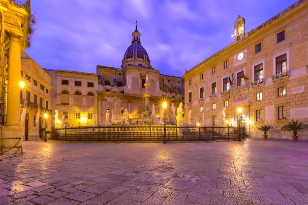 La fontana pretoria con la chiesa di santa caterina sullo sfondo di piazza pretoria, conosciuta anche come piazza della vergogna, palermo di notte, sicilia, italia