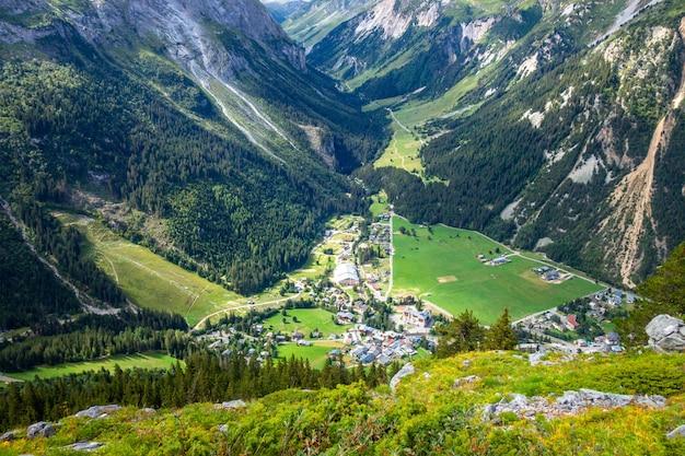 Paesaggio della città e delle montagne di pralognan la vanoise nelle alpi francesi