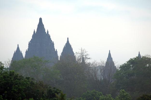 Tempio di prambanan con sfondo nuvoloso cielo blu un tempio hindhu a yogyakarta indonesia