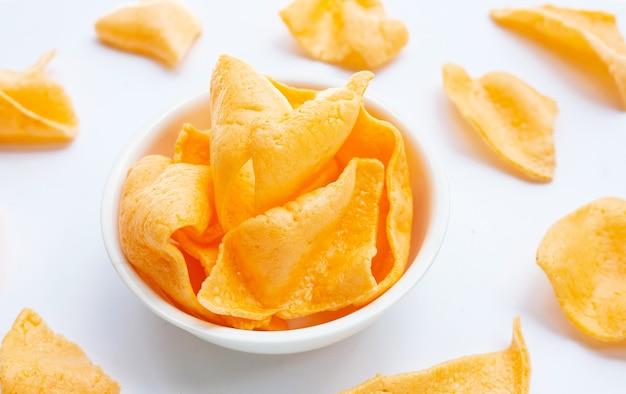 Cracker di gamberi su sfondo bianco. spuntino di riso croccante di gamberetti