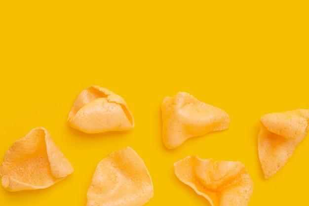 Cracker di gamberi su sfondo giallo. spuntino di riso croccante di gamberetti
