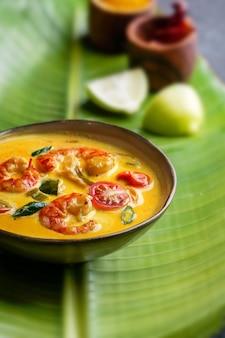 Moilee di gamberi, deliziosa zuppa di gamberi al curry dell'india meridionale con lime