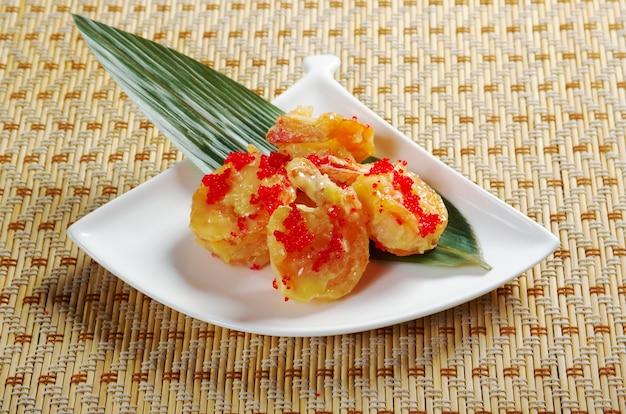 Patatine fritte di gamberi cinesi. avvicinamento