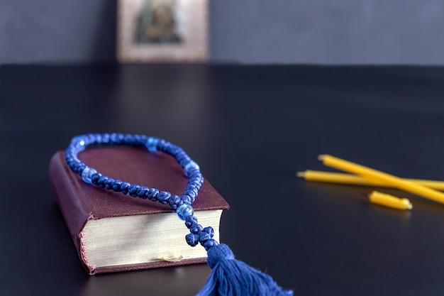 Rosario libro di preghiere e candele