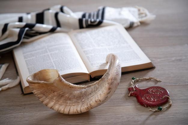 Libro di preghiere e shofar (corno), simboli religiosi ebraici talit. rosh hashanah (festa del capodanno ebraico)