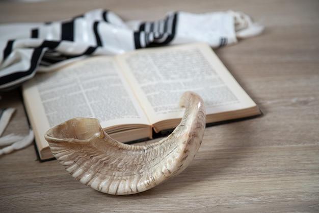 Libro di preghiere e shofar (corno), simboli religiosi ebraici talit. concetto di shabbat e yom kippur