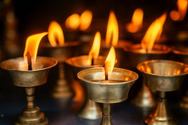 Una candela di preghiera e una fiamma su uno sfondo scuro. il concetto di tragedia e lutto. atmosfera spirituale.