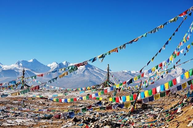 Bandierine di preghiera in montagne dell'himalaya, tibet